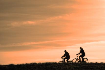 Cykeltur i solnedgång