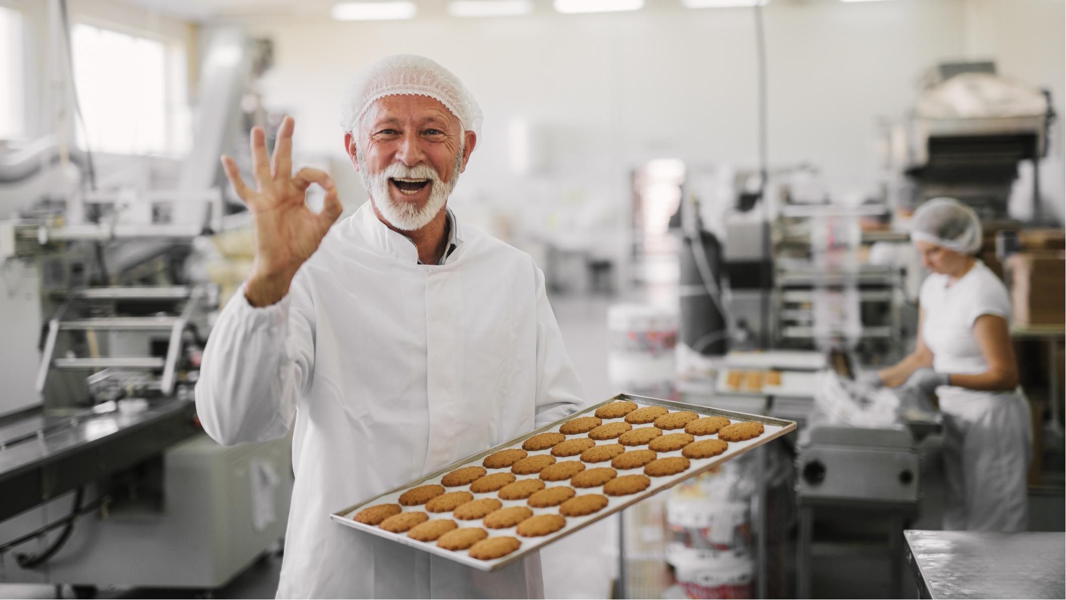 Äldre man som arbetar i restaurangkök